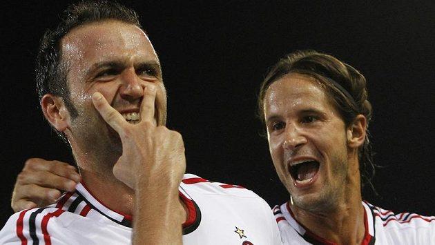 Giampaolo Pazzini (vlevo) z AC Milán nasázel v Boloni hattrick, spolu s ním se raduje Luca Antonini.