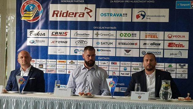 Patrik Rimmel, manažer HC Vítkovice Ridera, obránce Roman Polák a Roman Šimíček, sportovní ředitel HC Vítkovice Ridera.