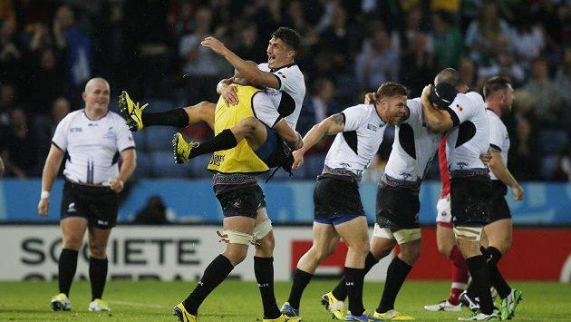 Rumunští ragbisté se radují z vítězství nad Kanadou.