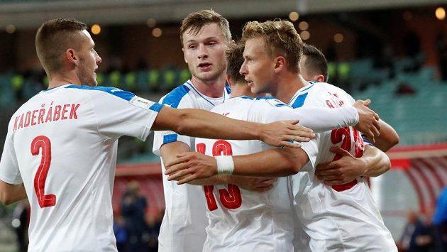 Antonín Barák (vpravo) se spoluhráči oslavuje gól proti Ázerbájdžánu.