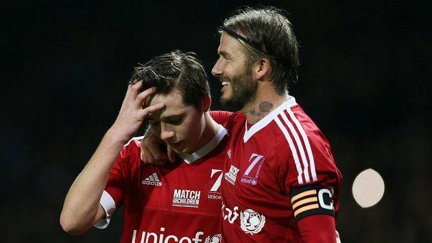 Syn a otec v jednom týmu. Brooklyn Beckham (vlevo) si zahrál po boku Davida Beckhama.