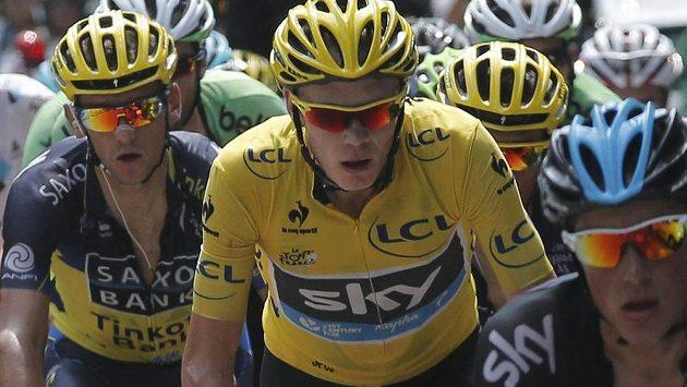 Roman Kreuziger (vlevo) v těsném závěsu za britským lídrem Tour Christopherem Froomem (ve žlutém) při výšlapu na Mont Ventoux.