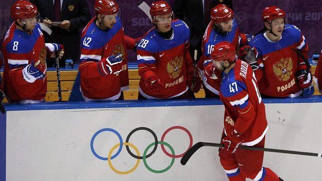 Alexandr Radulov přijímá gratulace spoluhráčů ke gólu v utkání proti Norsku.