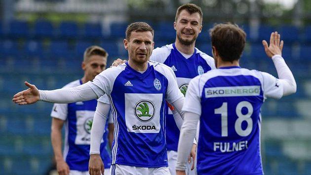 Fotbalisté Mladé Boleslavi Jakub Fulnek, Nikolaj Komličenko a Muris Mešanovič oslavují gól během odvetného utkání semifinále skupiny o Evropu.