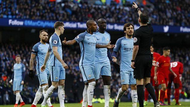 Fotbalisté Manchesteru City protestují u rozhodčího Michaela Olivera po odpískané penaltě v zápase Premier League proti Liverpoolu.