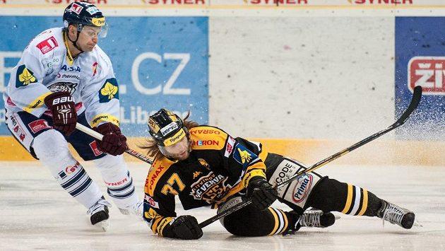 Litvínovský Kamil Piroš (vpravo) padá na led při souboji s Petrem Gřegořkem z Liberce.