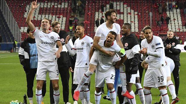 Fotbalisté Eintrachtu Frankfurt oslavují postup přes Salcburk v Evropské lize.
