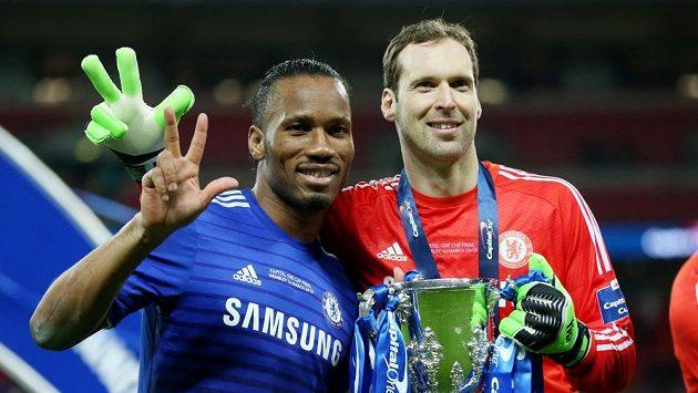Potřetí v kariéře vybojoval Petr Čech Ligový pohár. Vlevo útočník Didier Drogba.