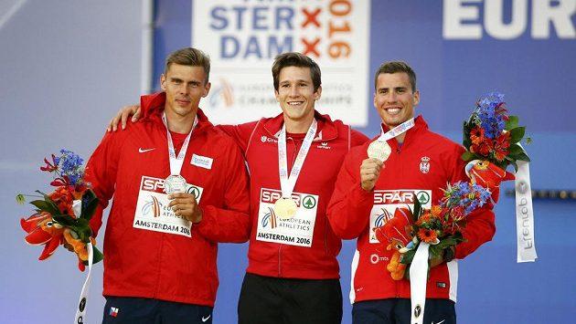 Nejlepší desetibojaři ME v Amsterdamu. Vlevo stříbrný Adam Sebastian Helcelet, uprostřed vítěz Thomas van der Plaetsen z Belgie a vpravo bronzový Srb Mihail Dudaš.