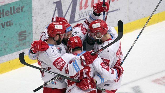 Hokejisté Třince se radují po gólu v liberecké síti ve finále extraligy.