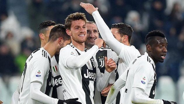 Fotbalisté Juventusu se radují z gólu proti Chievu.