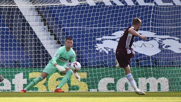 Kanonýr Leicesteru Jamie Vardy střílí z penalty třetí gól hostů v ligovém utkání s West Bromwichem.