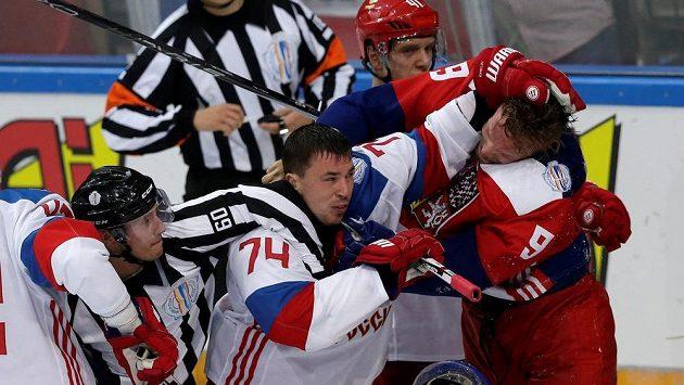 Milan Michalek (vpravo) během bitky s Rusem Alexejem Jemelinem.