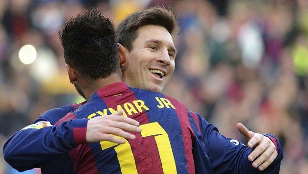 Neymar objímá spoluhráče z Barcelony Lionela Messiho, autora hattricku v ligovém utkání s Levante.