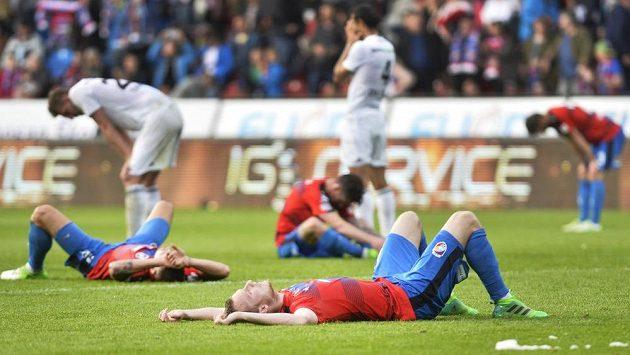 Vyčerpaní hráči Plzně po závěrečném tlaku, v popředí je střelec dvou gólů Michael Krmenčík.