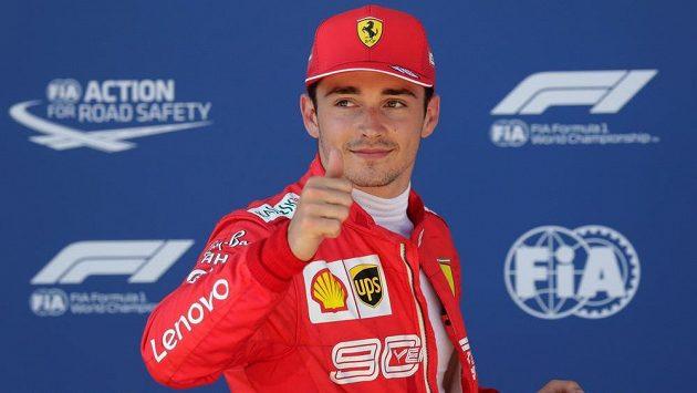 Pilot Ferrari Charles Leclerc se raduje z vítězství v kvalifikaci na Velkou cenu Rakouska.