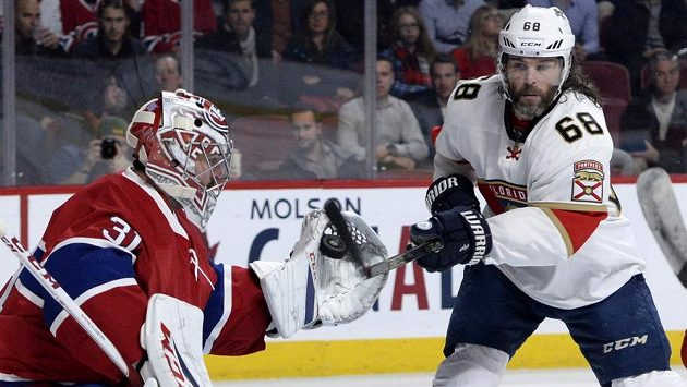Gólman Montrealu Carey Price zasahuje proti střele útočníka Floridy Jaromíra Jágra.