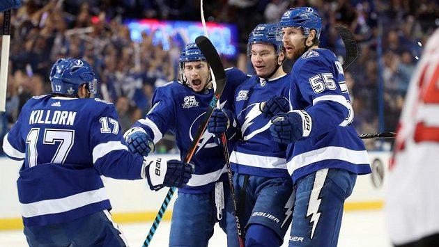 Radost hokejistů Tampy v pátém duelu úvodního kola play off NHL.