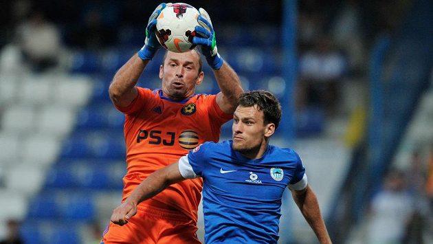 Jihlavský brankář Jaromír Blažek (vlevo) kryje míč před libereckým útočníkem Michaelem Rabušicem.