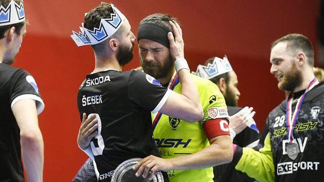 Daniel Šebek z Mladé Boleslavi utěšuje loučícího se Tomáše Sladkého z Vítkovic.