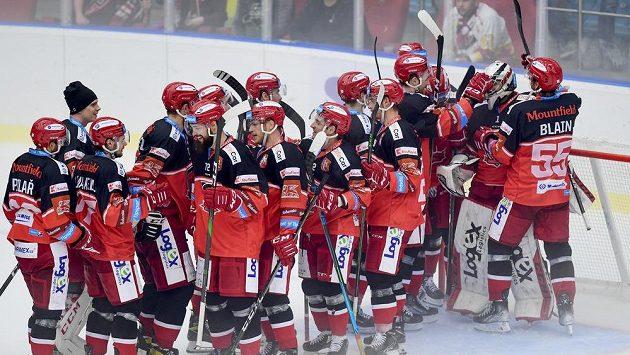 Hokejisté Hradce Králové oslavují výhru v derby s Pardubicemi.