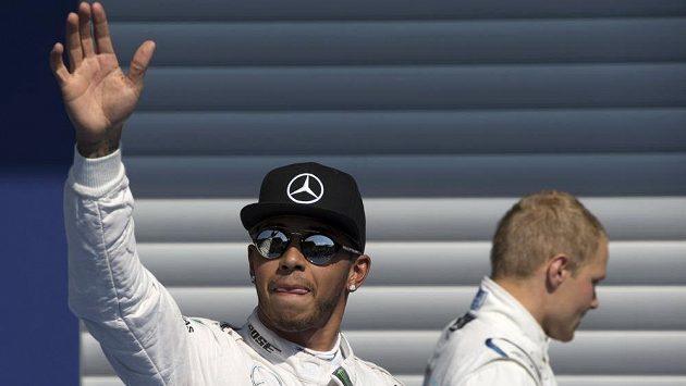 Spokojený Lewis Hamilton (vlevo) po kvalifikaci ve Spa, pro třetí pozici si dojel Valtteri Bottas (vzadu).