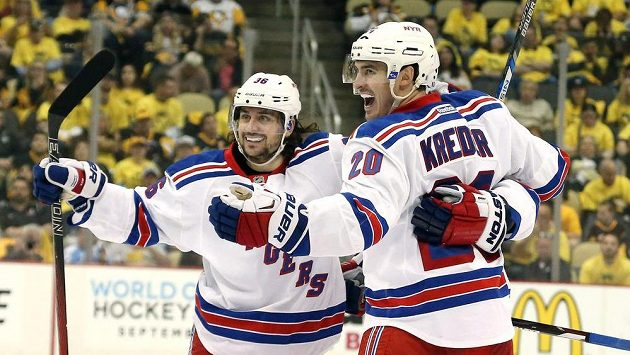 Mats Zuccarello (36) a Chris Kreider (20) z NY Ranger v play off NHL proti Pittsburghu.