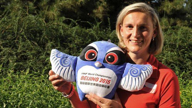 Oštěpařka Barbora Špotáková pózuje s maskotem mistrovství světa v Pekingu.