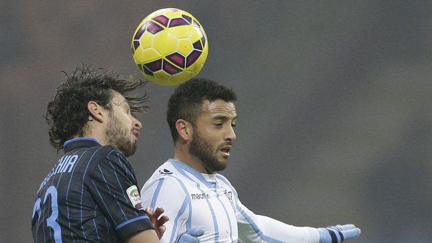 Felipe Anderson z Lazia (vpravo) v hlavičkovém souboji s Andreou Ranocchiou z Interu Milán.