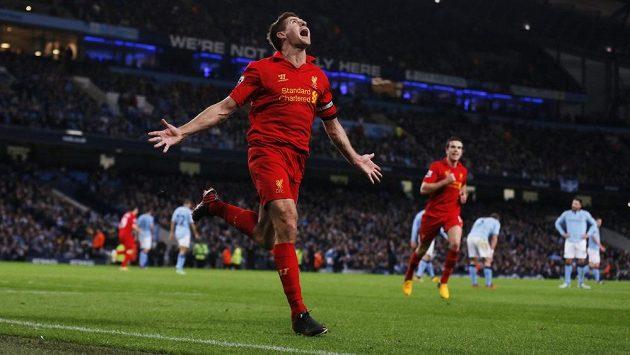 Liverpoolský Steven Gerrard se raduje z gólu proti Manchesteru City.