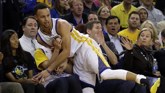 Stephen Curry z Golden State skončil během utkání s Portlandem mezi diváky.