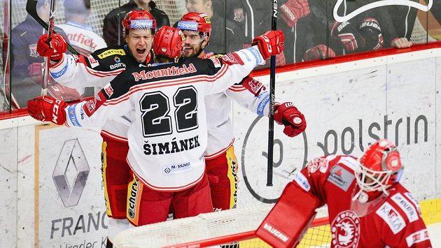 Andris Džerinš (vlevo nahoře) oslavuje se spoluhráči z Hradce Králové gól vstřelený Třinci.