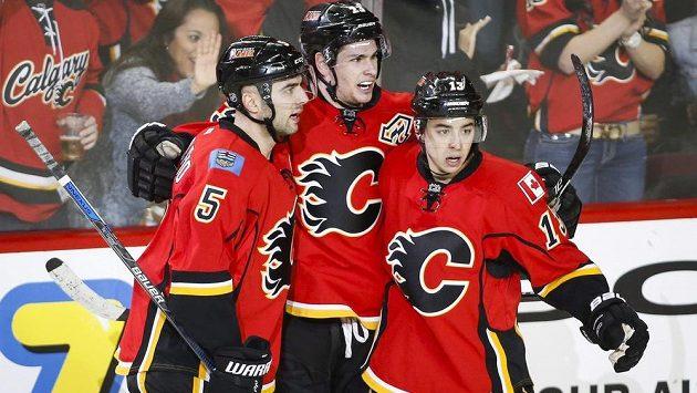 Radost hráčů Calgary, zleva Mark Giordano a do Týmu Severní Ameriky nominovaní Sean Monahan a Johnny Gaudreau.