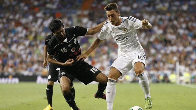 Mesut Özil (vpravo) by měl z Realu Madrid přestoupit do Arsenalu.