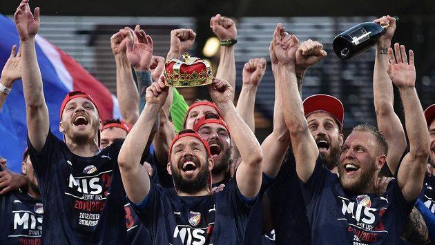 Podobné oslavy mají fotbalisté Viktorie Plzeň (zleva Vaněk, Horváth, Řezník, Holenda a Kolář) zažívat i po této sezóně..