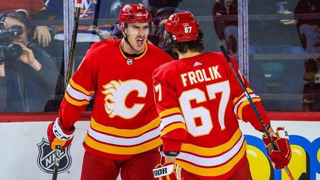 Útočník Calgary Flames Mikael Backlund oslavuje branku s Michaelem Frolíkem v utkání proti New Yorku Islanders.