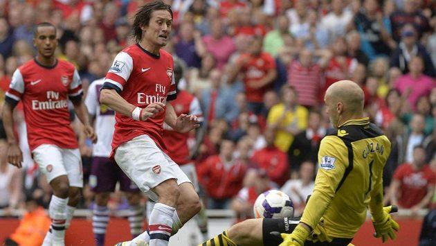 Záložník Arsenalu Tomáš Rosický v souboji s brankářem Aston Villy Bradem Guzanem.