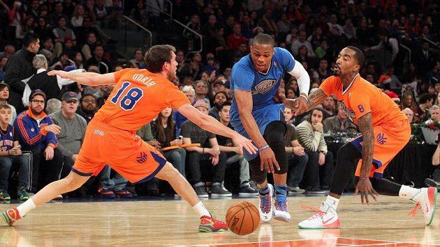 Russell Westbrook (uprostřed) z Oklahomy v zápase proti New York Knicks.