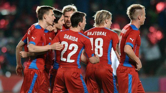 Fotbalisté Česka oslavují první gól během přátelského utkání s Norskem.