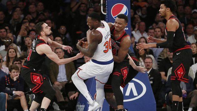Basketbalista Chicaga Bulls Tomáš Satoranský (vlevo) během utkání s New Yorkem Knicks