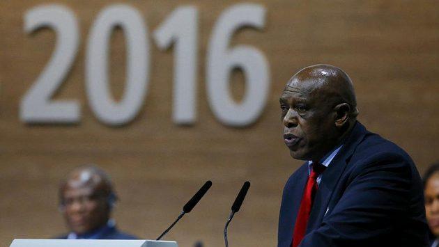 Tokyo Sexwale odstoupil z kandidatury na post prezidenta FIFA.