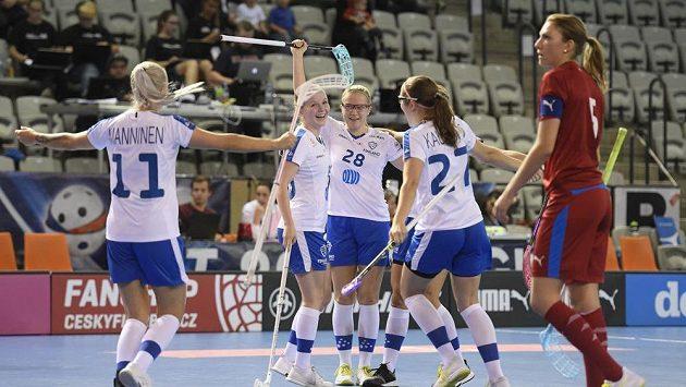 Hráčky Finska se radují z gólu.