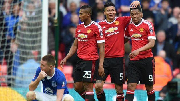 Fotbalisté Manchesteru United slaví postup do finále FA Cupu, který jim zajistil v 93. minutě Anthony Martial (vpravo).