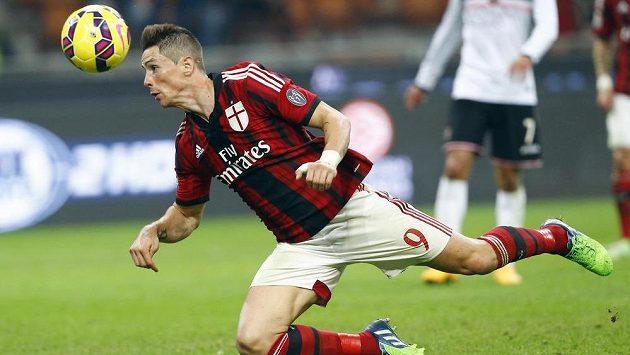 Útočník AC Milán Fernando Torres v zápase s Palermem.