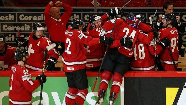 Hokejisté Švýcarska oslavují gól proti USA, který vstřelil Reto Suri (třetí zprava s číslem 24).