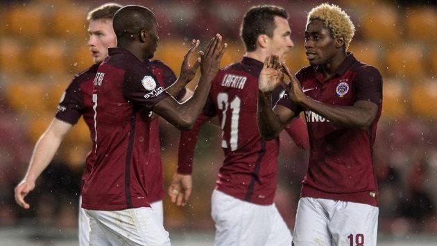 Útočník Sparty Kehinde Fatai (vlevo) slaví se spoluhráči gól proti Liberce v odvetě čtvrtfinále MOL Cupu.