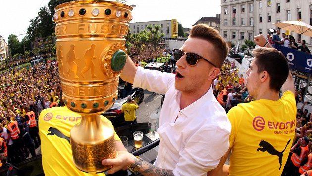 Zdravotní trable německého záložníka Marca Reuse nekončí. Fotbalista Borussie Dortmund si ve finále Německého poháru s Frankfurtem (2:1) natrhl zkřížený vaz v koleni a několik měsíců si nezahraje