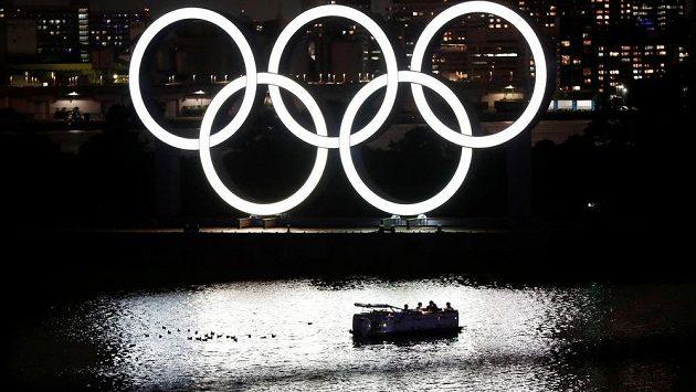 Olympijské kruhy v tokijském parku Odaiba.