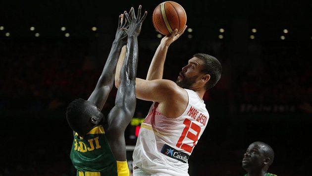 Španělský basketbalista Marc Gasol (vpravo) střílí přes Senegalce Badjiho.