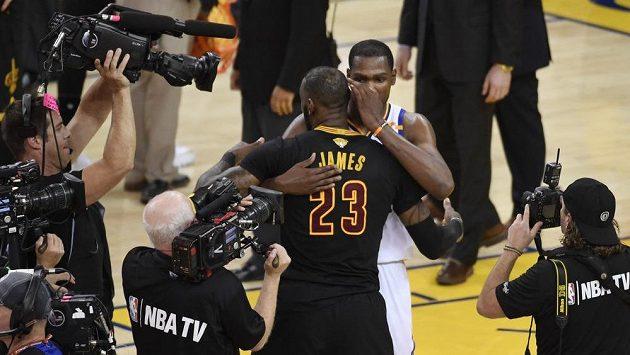 Hvězdný LeBron James (23) z Clevelandu gratuluje k titulu Kevinu Durantovi (35) z Golden State.